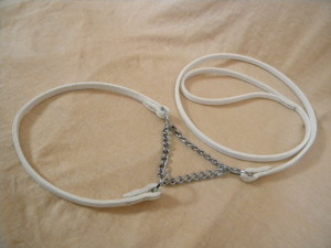 předváděcí vodítko bílé z kůže s řetízkem