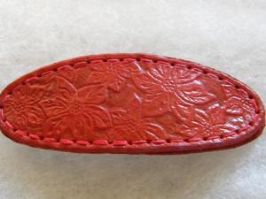 Oválná spona 4 x 10 cm s ručně vyrytými květinami.