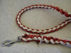 pletené vodítko z kožených pásků
